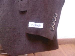 la manche étiquettée d\'un costume neuf