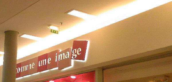 Vitrine du magasin Comme une image au centre commercial Domus