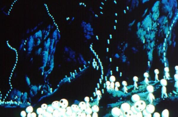 les kodamas, petites créatures sylvestres phosphorescence au bruit de crécelle