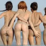 Quatre filles (nues) dans le vent (et le sable)