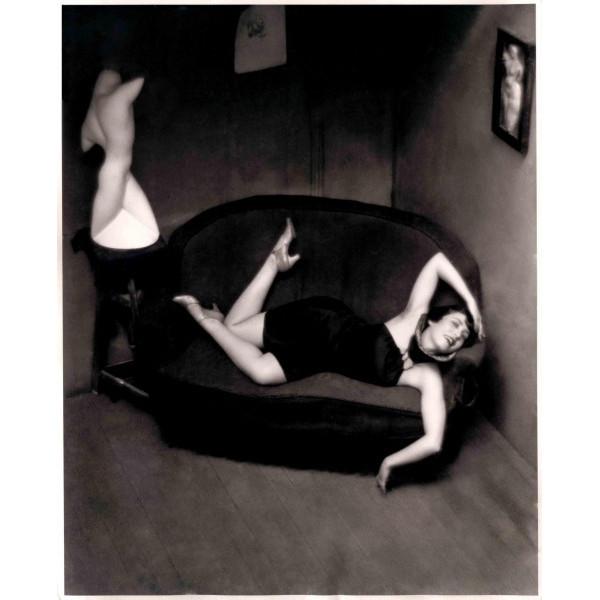 Femme sur un sofa, photographie d'André Kertész