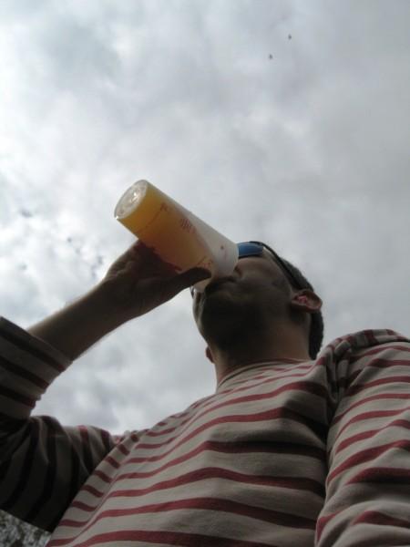 Un festivalier buvant une pinte de bière en marinière (le festivalier, pas la bière)