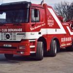 Un beau camion de dépannage (rouge)