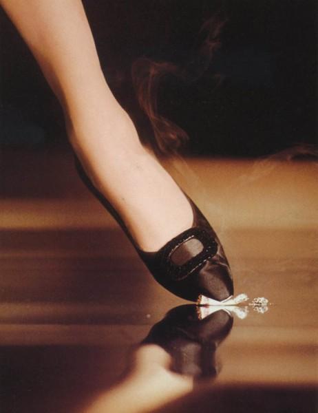 Pied de femme écrasant une cigarette au sol, photo de John Rawlings pour Vogue (October 1st, 1961)