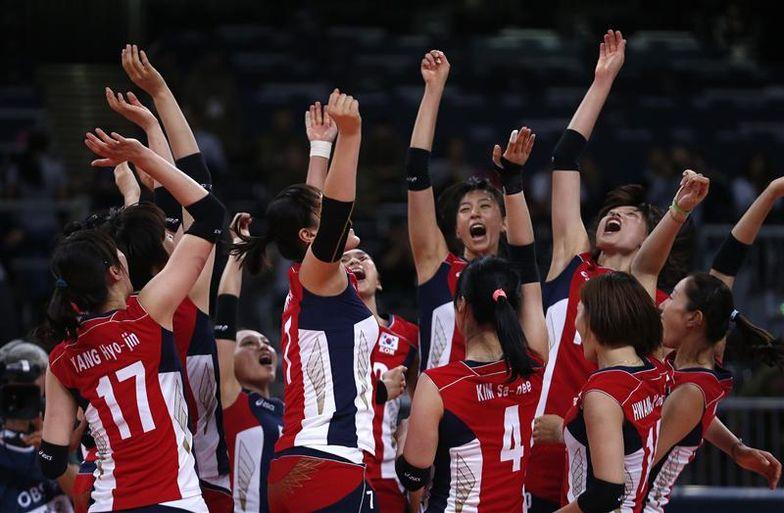 L'équipe de volley-ball féminin de Corée du Sud célèbre sa victoire contre l'Italie (Ivan Alvarado - Reuters)