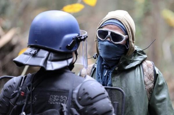 A Notre-Dame-des-Landes, samedi. Tout comme la veille, les forces de l'ordre dépêchées pour évacuer les sites occupés se sont heurtées aux opposants au projet d'aéroport. (Photo Jean-Sébastien Evrard. AFP)