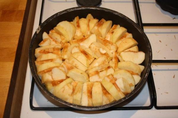 Les pommes disposées sur le moule