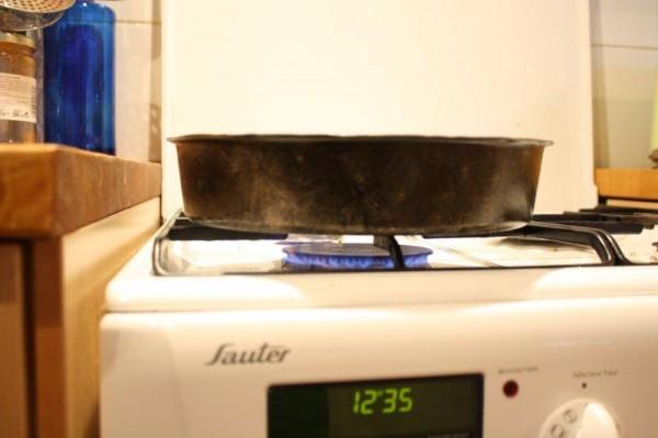 Le moule à manqué est ensuite placé sur feu moyen