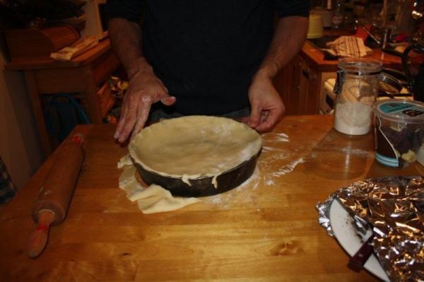 Poser la pâte sur les pommes