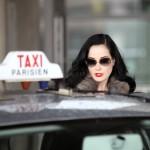 Dita Van Teese prenant un taxi parisien