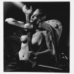 Une femme torse nue qui ne rechigne pas à manipuler de gros outils