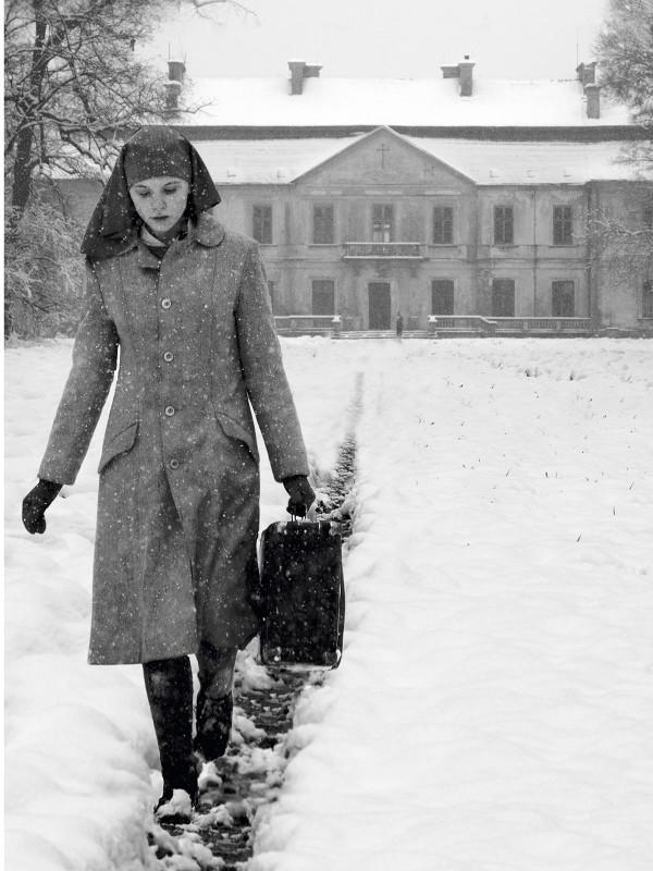 Ida marchant dans la neige au sortir du couvent