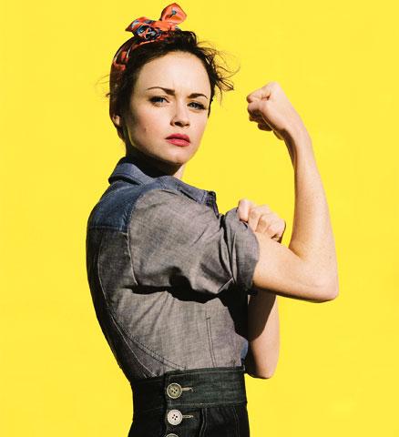 Une femme montre son biceps, l'air déterminé - Photo d'Alexis Bledel d'après une image classique de propagande américiane durant la seconde guerre mondiale