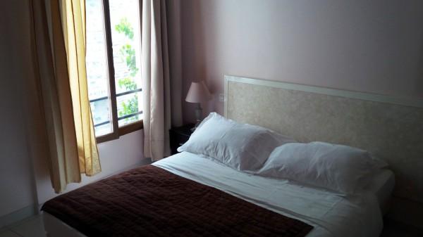 chambre d'hôtel, lit vide, non défait