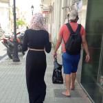Femme musulmane voilée et homme musulman en short