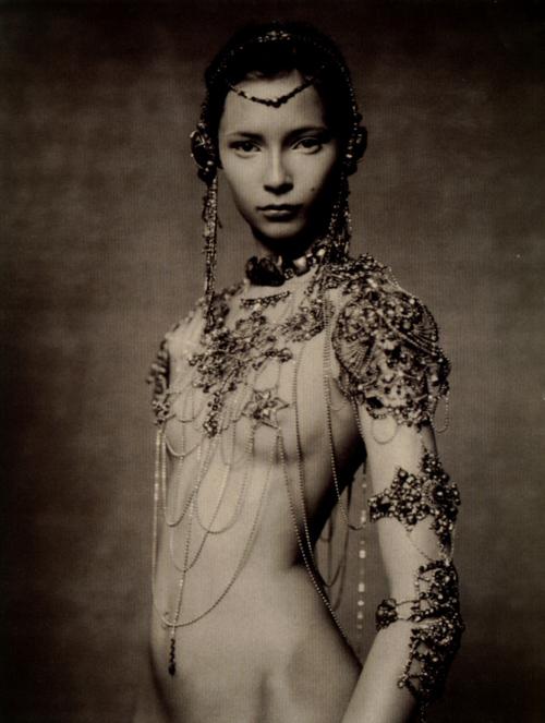 Femme nue couverte de bijoux - Paolo Roversi