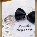 Un bijou et la mention « I make Boys cry »