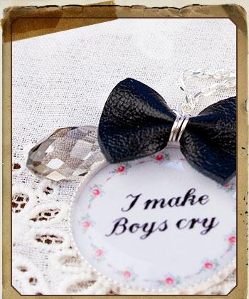 Un bijou et la mention «I make Boys cry»
