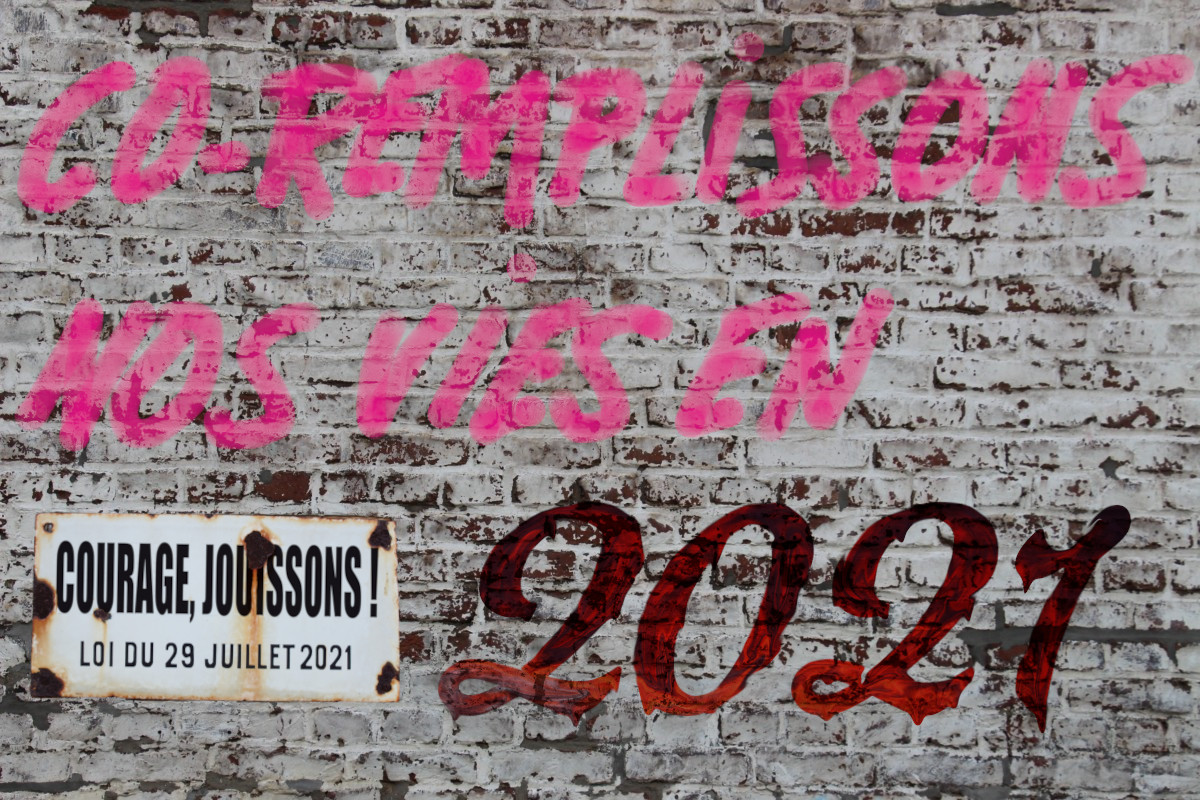 Carte de vœux 2021 présentant un mur sur lequel est graffé «CO-REMPLISSONS NOS VIES EN 2021» complété d'un panonceau indiquant: «courage, jouissons!»