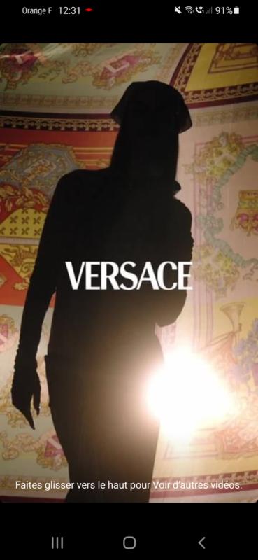 Publicité Versace avec une belle tête de nœud
